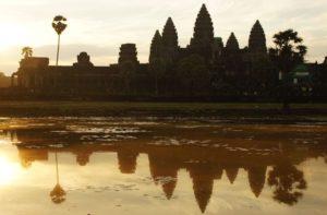 Der weltbekannte Angkor Wat Tempel beim Sonnenaufgang