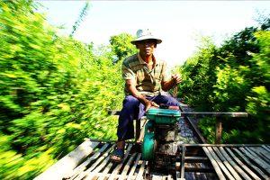 Fahrt auf dem Bamboo-Train während der Rundreise in Kambodscha in Battambang