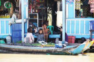 Einheimische Kinder in Kambodscha am Fluss