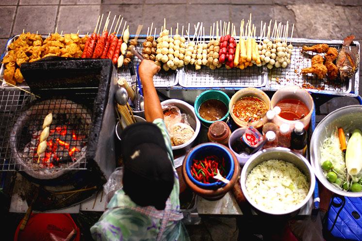 Das Essen ist lecker an thailändischen Garküchen
