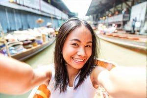 Frau in Vietnam im Boot